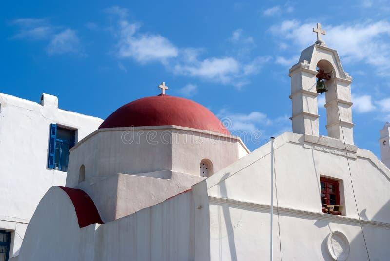 Εκκλησία με τον πύργο κουδουνιών και κόκκινος θόλος στη Μύκονο, Ελλάδα Αρχιτεκτονική οικοδόμησης παρεκκλησιών Άσπρη εκκλησία στο  στοκ φωτογραφίες