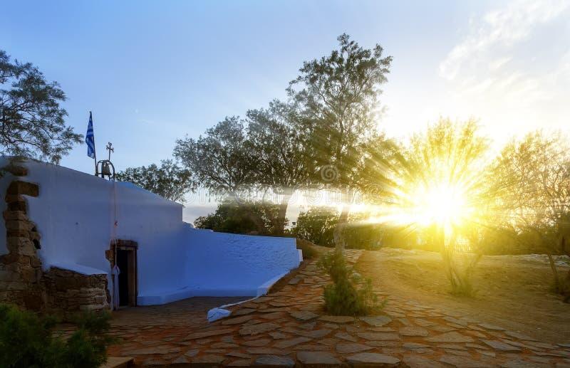 Εκκλησία, νησί της Ελλάδας, Κρήτη: άνετος λίγο μπλε άσπρο παρεκκλησι εκκλησιών στα παραδοσιακά χρώματα που εσκαρφάλωσαν στην ελλη στοκ εικόνες