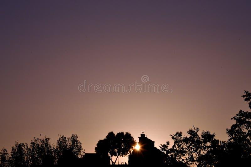 Εκκλησία σκιαγραφιών ηλιοβασιλέματος στοκ εικόνα με δικαίωμα ελεύθερης χρήσης