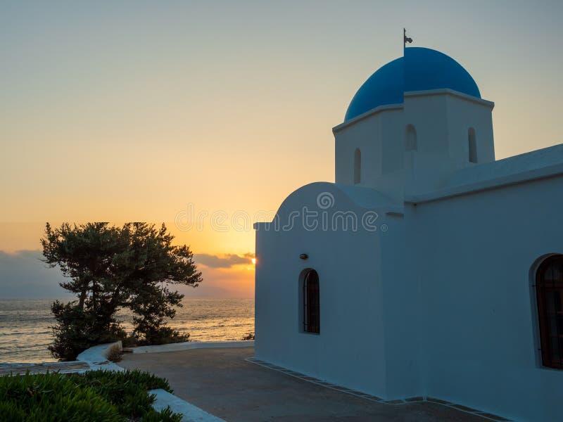 εκκλησία στα ελληνικά νησιά Paros στην ανατολή στοκ εικόνες