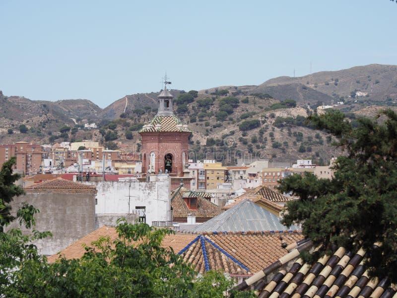 Εκκλησία στη εικονική παράσταση πόλης του ευρωπαϊκού κέντρου πόλεων της Μάλαγας στην Ισπανία με το τοπίο σειράς βουνών στοκ φωτογραφίες με δικαίωμα ελεύθερης χρήσης