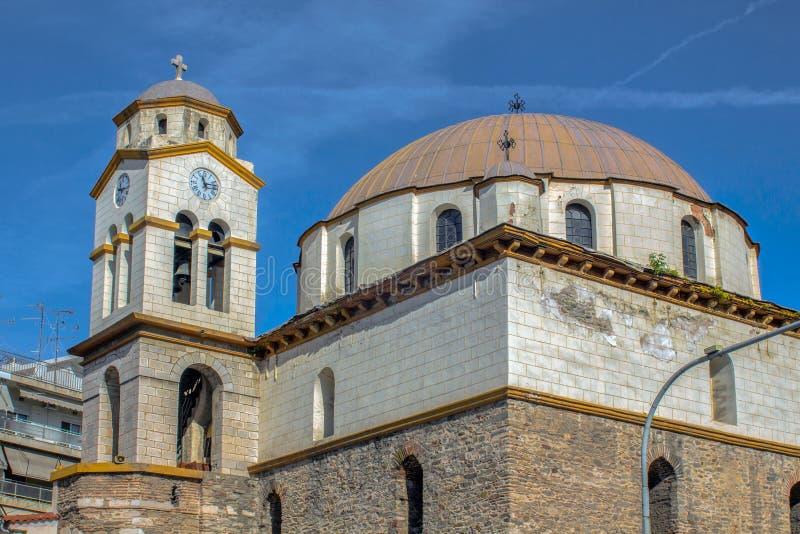 Εκκλησία του Άγιου Βασίλη μεταξύ των παλαιών και νέων πόλεων της Καβάλας στοκ φωτογραφία με δικαίωμα ελεύθερης χρήσης