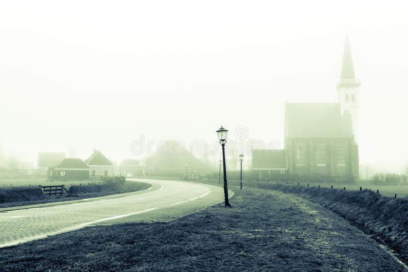 Εκκλησία του κρησφύγετου Hoorn το ομιχλώδες πρωί φθινοπώρου στο νησί Texel στις Κάτω Χώρες στοκ φωτογραφία με δικαίωμα ελεύθερης χρήσης