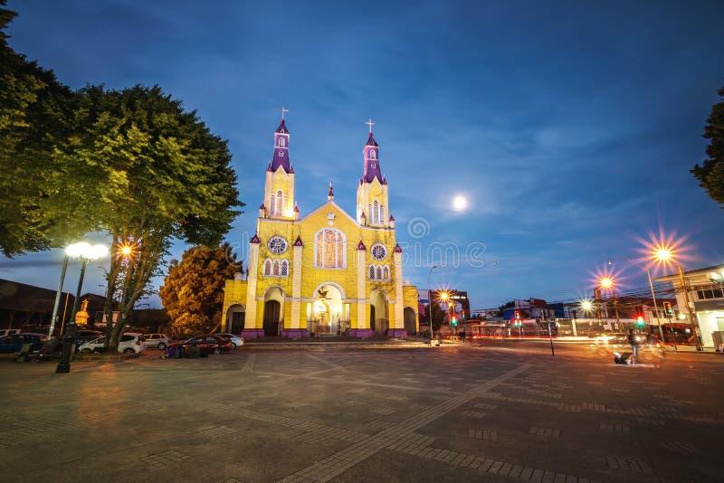 Εκκλησία του Σαν Φρανσίσκο και Plaza de Armas Square τη νύχτα - Castro, νησί Chiloe, Χιλή στοκ φωτογραφία