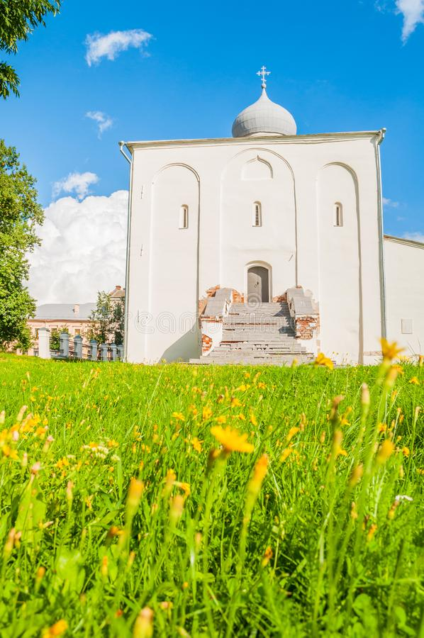 Εκκλησία υπόθεσης στο προαύλιο Yaroslav στην ηλιόλουστη ημέρα σε Veliky Novgorod, Ρωσία στοκ εικόνα με δικαίωμα ελεύθερης χρήσης