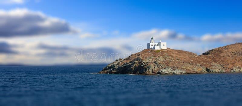 Εκκλησία φάρων και του Νικόλαος επιβαρύνσεων Kea, νησί Tzia, Ελλάδα Νεφελώδες υπόβαθρο ουρανού θαμπάδων, έμβλημα στοκ φωτογραφία με δικαίωμα ελεύθερης χρήσης