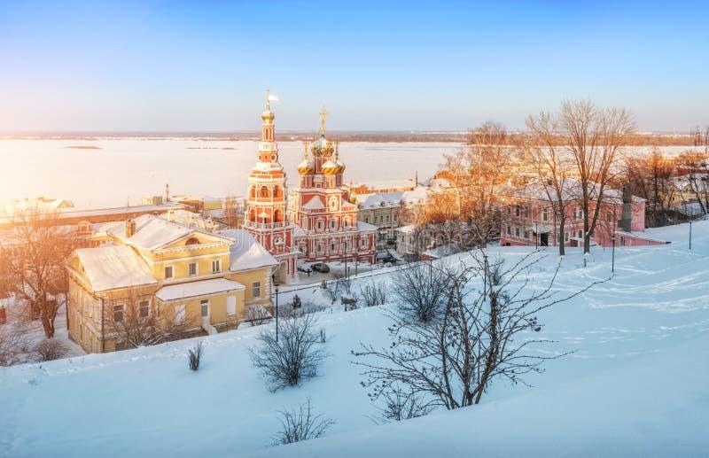 Εκκλησία Χριστουγέννων σε Nizhny Novgorod στις ακτίνες του ηλιοβασιλέματος στοκ φωτογραφία με δικαίωμα ελεύθερης χρήσης