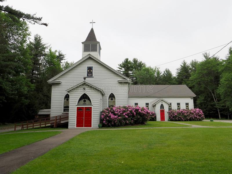 Εκκλησία χώρας στο αγροτικό δάσος στοκ εικόνες με δικαίωμα ελεύθερης χρήσης