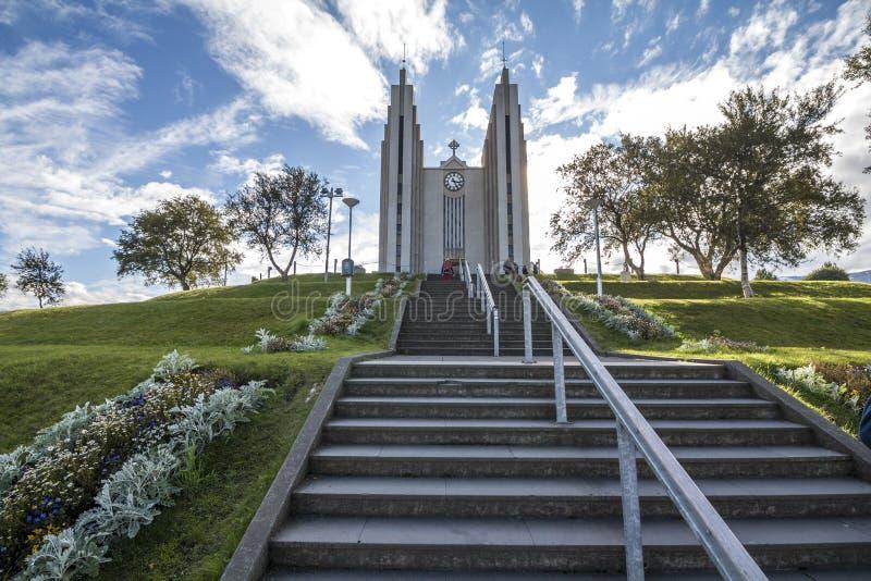 Εκκλησία Akureyri την ηλιόλουστη ημέρα στο Βορρά της Ισλανδίας στοκ εικόνες