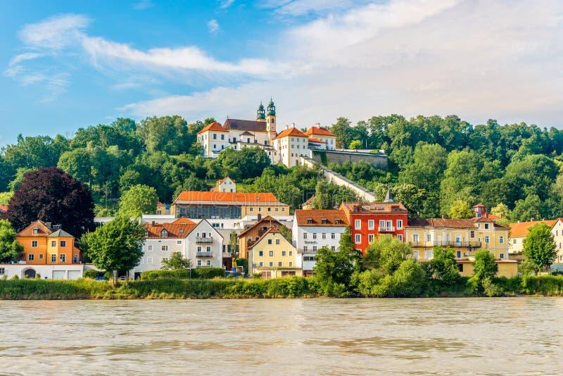 Εκκλησία Mariahilfe σε έναν λόφο επάνω από το πανδοχείο ποταμών στο Πάσσαου - τη Γερμανία στοκ φωτογραφίες