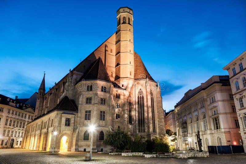Εκκλησία Minoritenkirche στη Βιέννη, Αυστρία τη νύχτα στοκ φωτογραφία