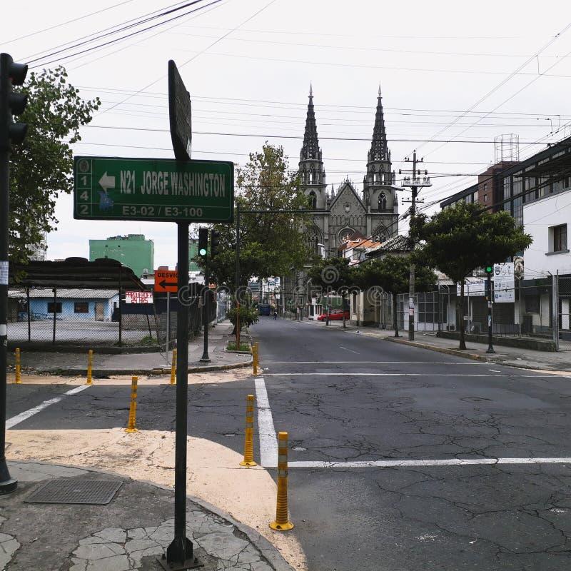 Εκκλησία Teresita Santa στον Κουίτο-Ισημερινό στο υπόβαθρο σε έναν θερμό στοκ εικόνα με δικαίωμα ελεύθερης χρήσης