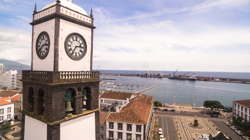 Εκκλησία Αγίου Sabastian με τον πύργο ρολογιών σε Ponta Delgada στο νησί του Miguel Σάο στις Αζόρες, Πορτογαλία Όμορφη εκκλησία μ στοκ φωτογραφία