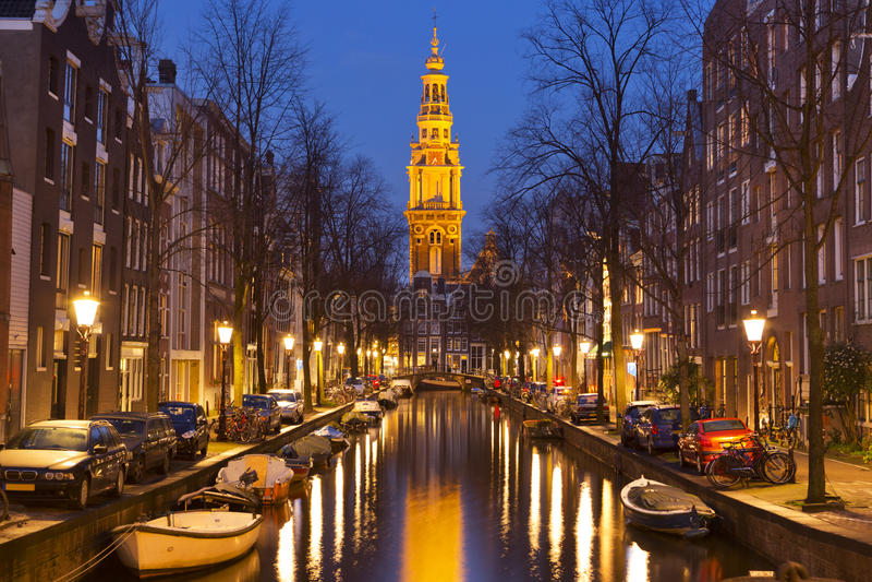 Εκκλησία και ένα κανάλι στο Άμστερνταμ τη νύχτα στοκ εικόνες
