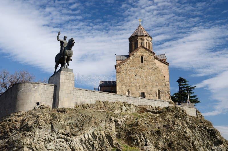 Εκκλησία και βασιλιάς Vakhtang Gorgasali, Tbilisi, Γεωργία Metekhi στοκ φωτογραφίες