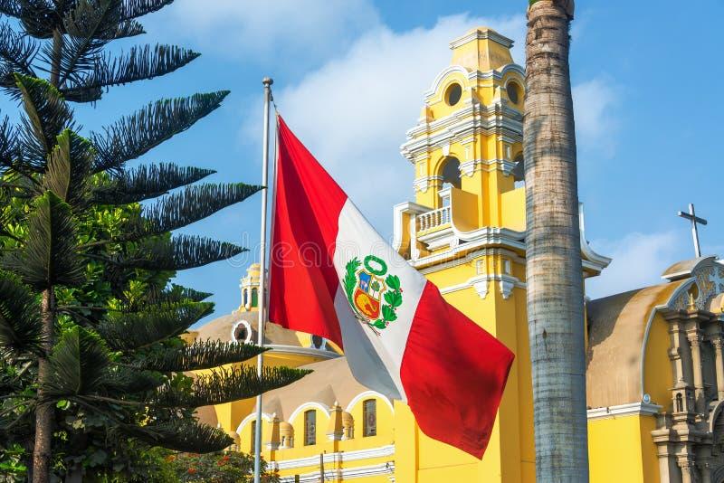 Εκκλησία και περουβιανή σημαία στοκ φωτογραφία με δικαίωμα ελεύθερης χρήσης
