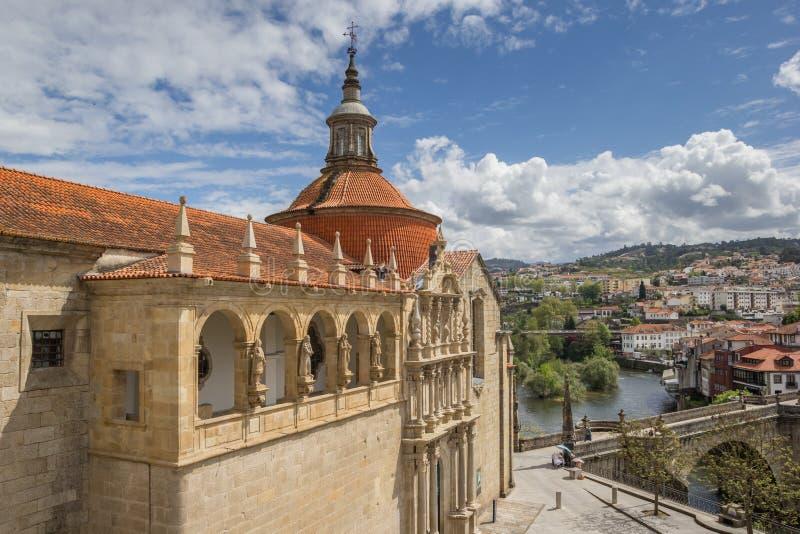 Εκκλησία και ρωμαϊκή γέφυρα στην ιστορική πόλη Αμαράντε στοκ εικόνες με δικαίωμα ελεύθερης χρήσης