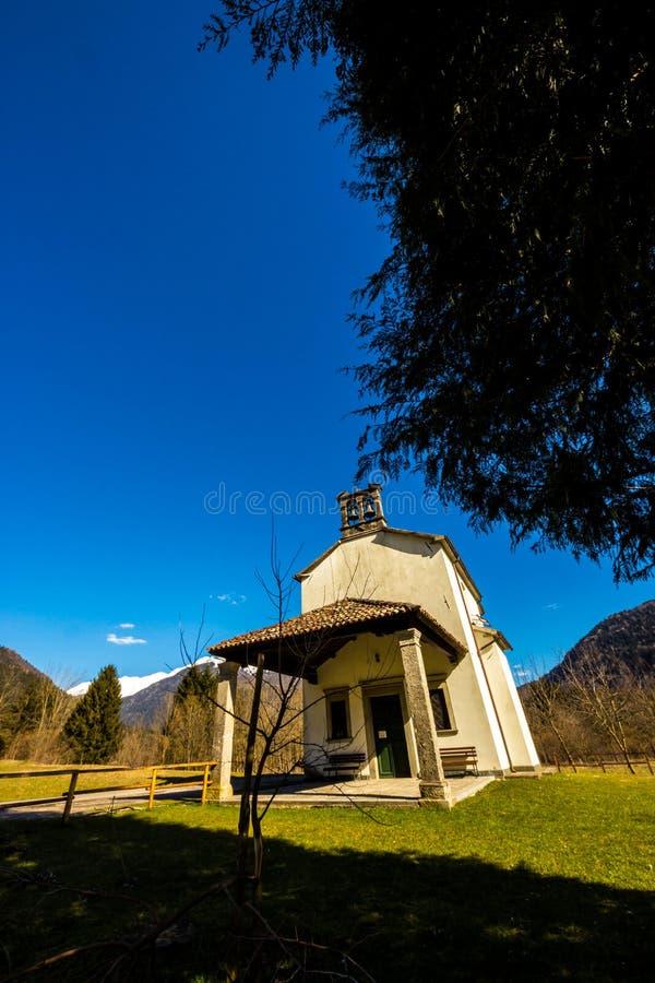Εκκλησία στα λιβάδια των Άλπεων στοκ εικόνα