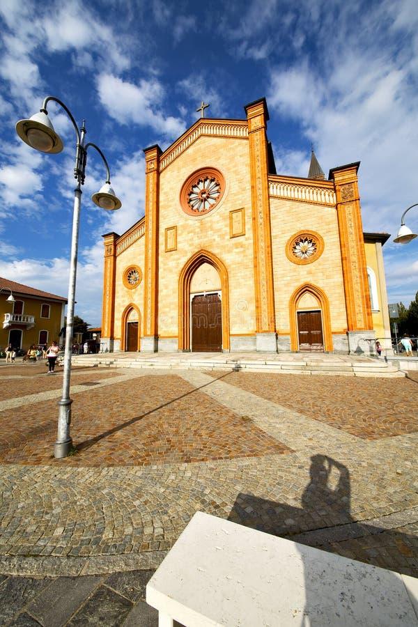 εκκλησία στο cortese πύργο βιλών sidewal στοκ εικόνες