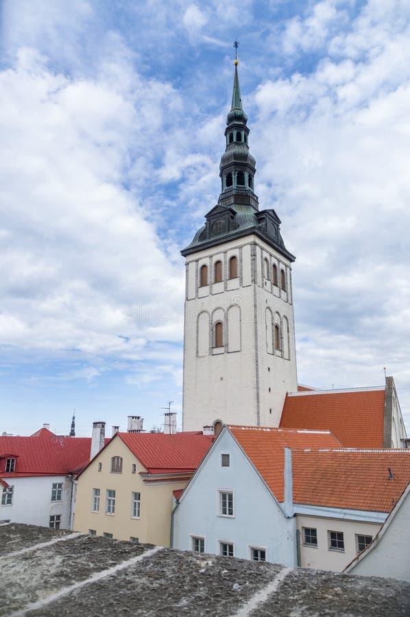 Εκκλησία του Άγιου Βασίλη και κεραμωμένη άποψη σπιτιών στεγών στοκ φωτογραφία