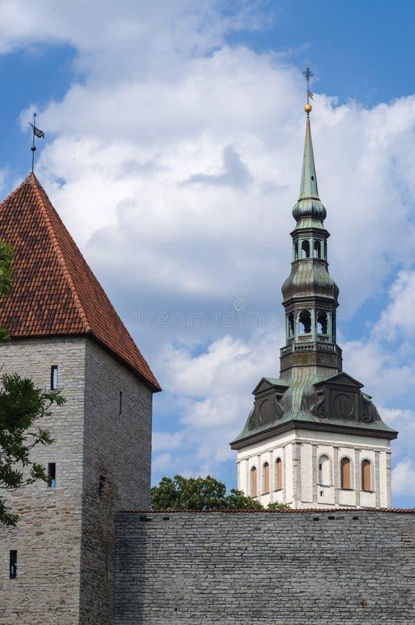 Εκκλησία του Άγιου Βασίλη (Niguliste) και πύργος κοριτσιών στοκ φωτογραφία με δικαίωμα ελεύθερης χρήσης