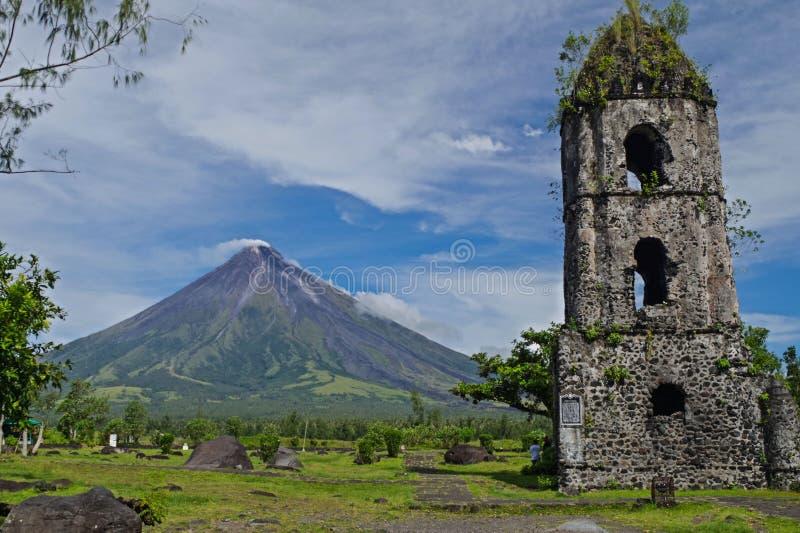 Εκκλησία Cagsawa με το διάσημο υποστήριγμα Mayon μέσα στοκ φωτογραφίες