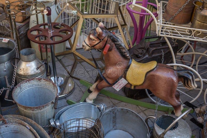 """Εκλεκτής ποιότητας άλογο παιχνιδιών που περιβάλλεται από τα καλύμματα στο """"rastro EL """" στοκ εικόνα με δικαίωμα ελεύθερης χρήσης"""