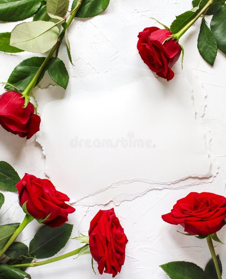 Εκλεκτής ποιότητας έγγραφο με το διάστημα για το κείμενο και τα κόκκινα τριαντάφυλλα στοκ φωτογραφίες