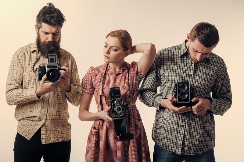 Εκλεκτής ποιότητας έννοια μόδας Άνδρες και γυναίκα στα σκεπτικά πρόσωπα στο άσπρο υπόβαθρο Άτομα στα ελεγμένα ενδύματα, αναδρομικ στοκ φωτογραφίες με δικαίωμα ελεύθερης χρήσης