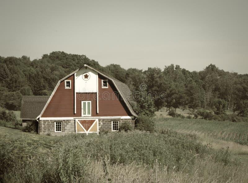 Εκλεκτής ποιότητας αγροτική σιταποθήκη με τη στέγη gambrel στον τόνο σεπιών στοκ φωτογραφία με δικαίωμα ελεύθερης χρήσης