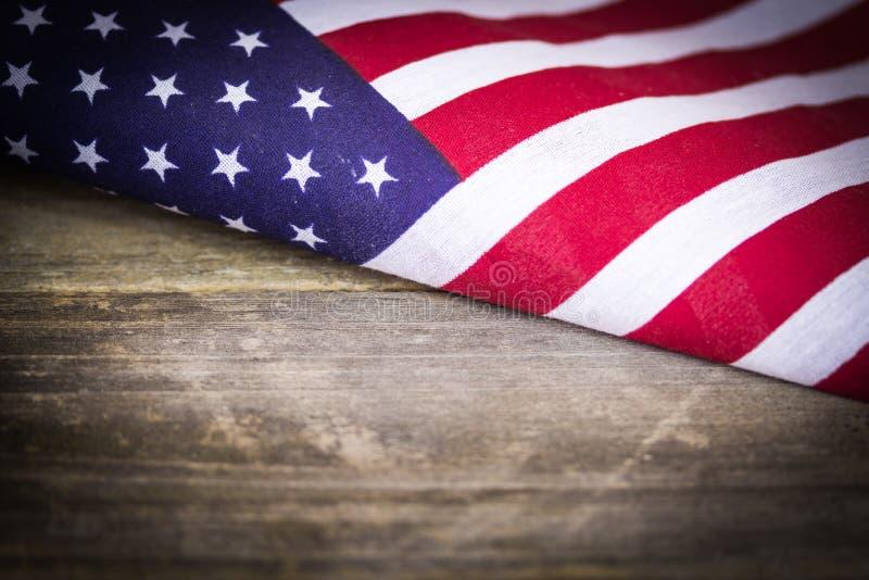 Εκλεκτής ποιότητας αμερικανική σημαία στο ξύλινο υπόβαθρο στοκ φωτογραφία με δικαίωμα ελεύθερης χρήσης