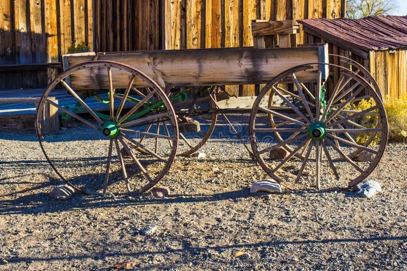 Εκλεκτής ποιότητας απλό ξύλινο βαγόνι εμπορευμάτων στα ξημερώματα στοκ εικόνες
