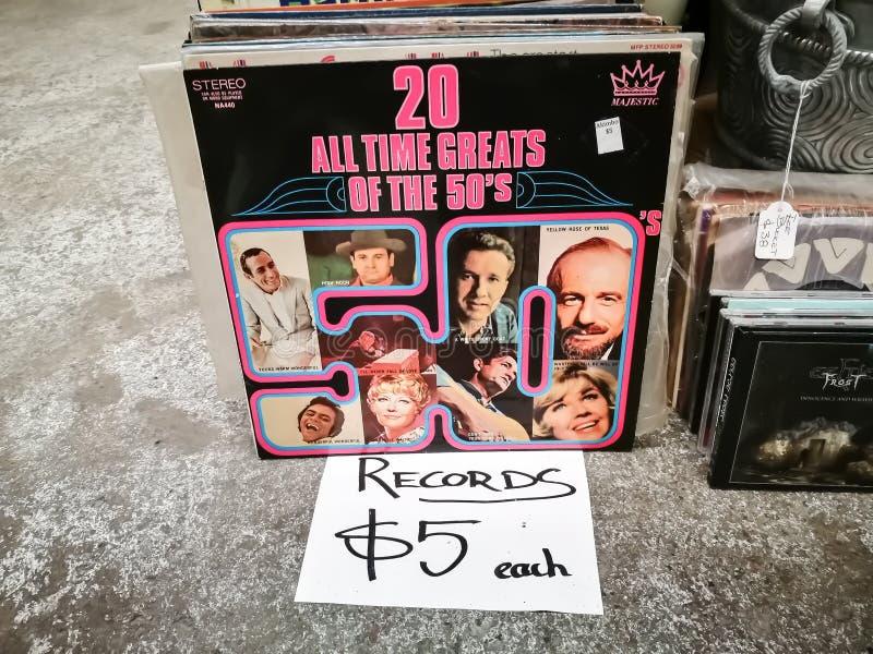 Εκλεκτής ποιότητας αρχεία του CD 20 όλος ο χρόνος greats των 50 ` s για την πώληση $5 κάθε στο παλαιό κατάστημα στοκ εικόνες