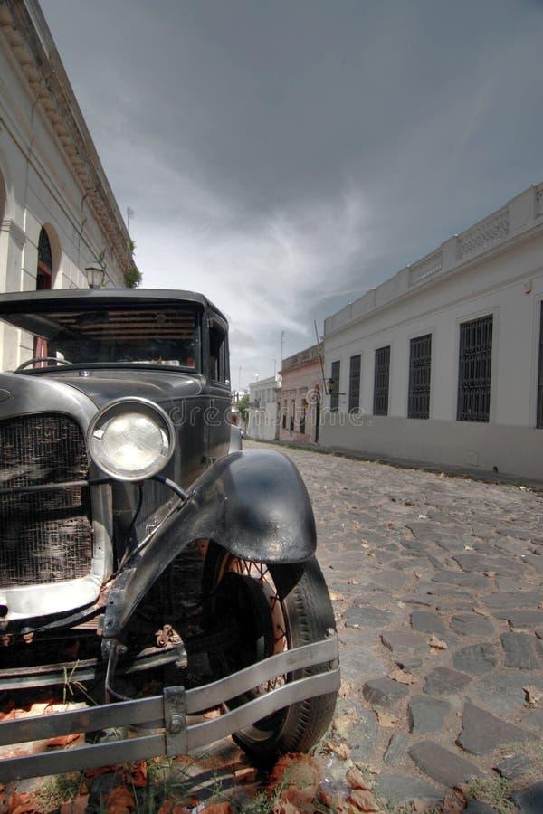 Εκλεκτής ποιότητας αυτοκίνητο σε μια οδό κυβόλινθων στοκ φωτογραφίες με δικαίωμα ελεύθερης χρήσης