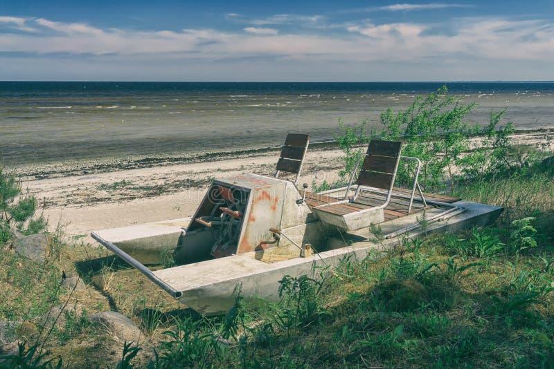 Εκλεκτής ποιότητας βάρκα με τα πεντάλια στην παραλία στοκ φωτογραφία