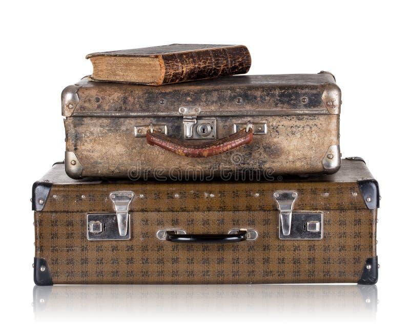 Εκλεκτής ποιότητας βαλίτσες δέρματος με το βιβλίο στοκ εικόνες