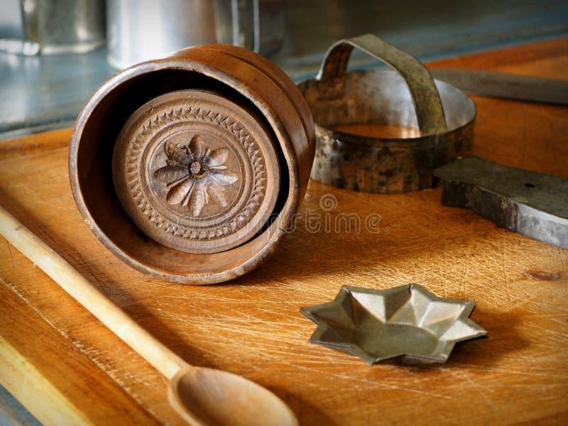 Εκλεκτής ποιότητας βουτύρου φόρμες και ξύλινος τέμνων πίνακας στοκ εικόνα