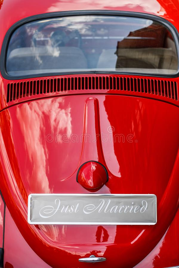 Εκλεκτής ποιότητας γαμήλιο αυτοκίνητο με ακριβώς το παντρεμένο σημάδι και δοχεία συνημμένα στοκ εικόνες