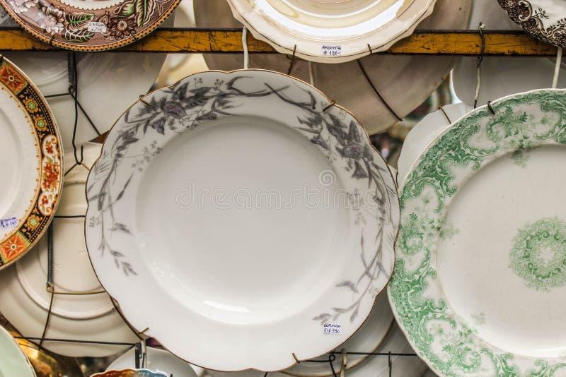 Εκλεκτής ποιότητας γευματίζων κύκλων πιάτων αναδρομικός όμορφος στοκ εικόνες