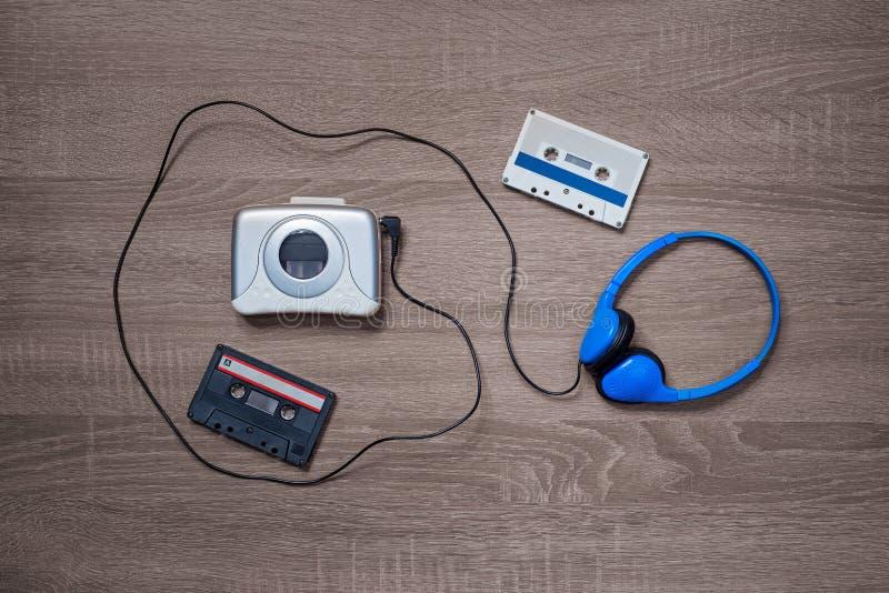 Εκλεκτής ποιότητας γουόκμαν, cassete και ακουστικά στο ξύλινο υπόβαθρο στοκ εικόνα με δικαίωμα ελεύθερης χρήσης