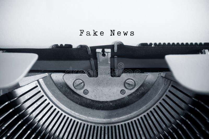 εκλεκτής ποιότητας γραφομηχανή με το κείμενο: Πλαστές ειδήσεις στοκ εικόνα