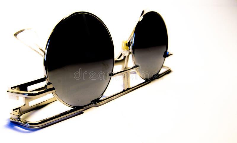 Εκλεκτής ποιότητας γυαλιά ήλιων, που αντιπαραβάλλονται στο άσπρο υπόβαθρο στοκ εικόνες με δικαίωμα ελεύθερης χρήσης