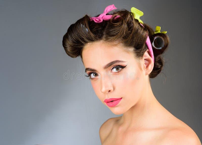 Εκλεκτής ποιότητας γυναίκα με τη μόδα makeup και τη μακροχρόνια σγουρή τρίχα Πορτρέτο μόδας της αναδρομικής γυναίκας Σαλόνι και κ στοκ εικόνες