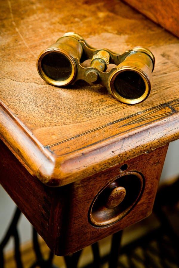 Εκλεκτής ποιότητας διόπτρες ορείχαλκου στον παλαιό ξύλινο πίνακα στοκ εικόνες