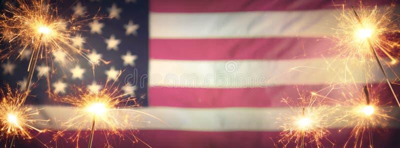 Εκλεκτής ποιότητας εορτασμός με τη αμερικανική σημαία Sparklers και Defocused στοκ εικόνες