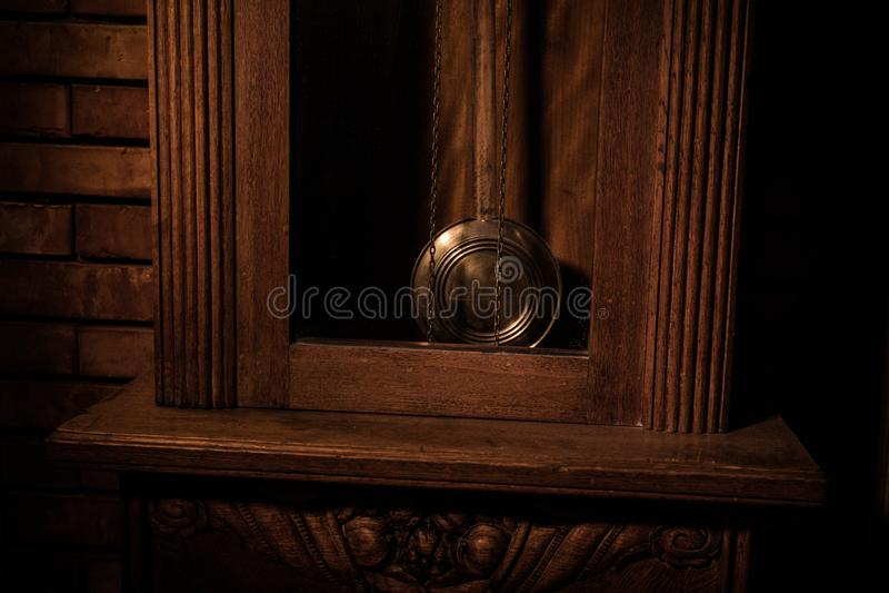 Εκλεκτής ποιότητας εσωτερικό στο δυτικό ύφος Μεγάλο ξύλινο παλαιό ρολόι με το εκκρεμές στοκ εικόνες