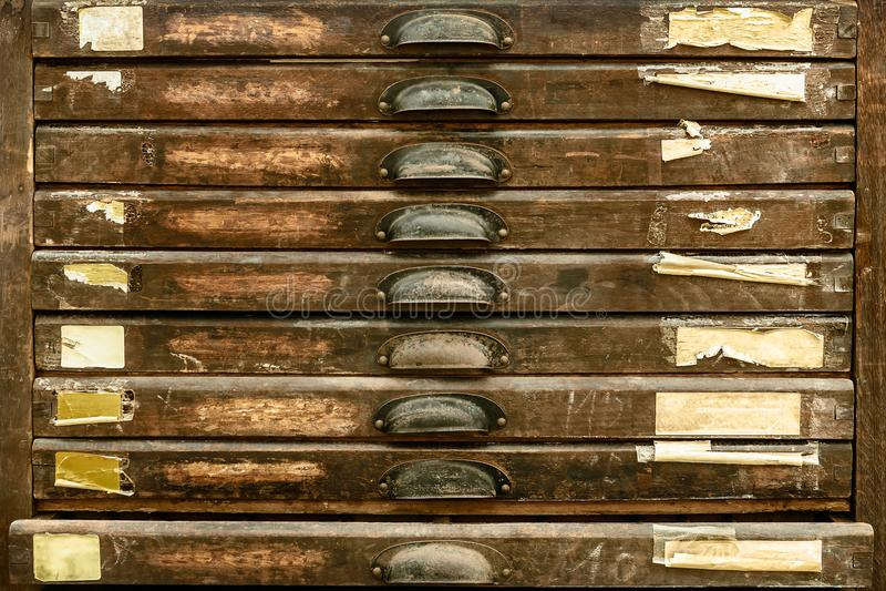Εκλεκτής ποιότητας κάθετα ξύλινα συρτάρια στοκ εικόνες με δικαίωμα ελεύθερης χρήσης
