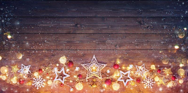 Εκλεκτής ποιότητας κάρτα Χριστουγέννων - διακόσμηση και φω'τα στοκ φωτογραφία