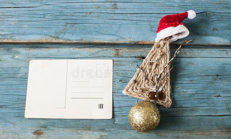 Εκλεκτής ποιότητας κάρτα Χριστουγέννων στους εκλεκτής ποιότητας παλαιούς ξύλινους πίνακες ενός υποβάθρου στοκ φωτογραφίες με δικαίωμα ελεύθερης χρήσης