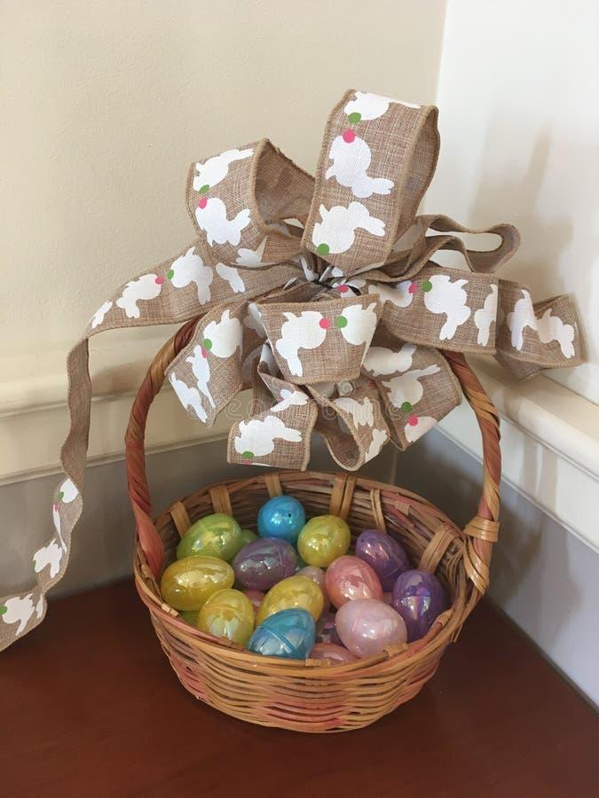 Εκλεκτής ποιότητας καλάθι Πάσχας με τα ζωηρόχρωμα αυγά στοκ εικόνες